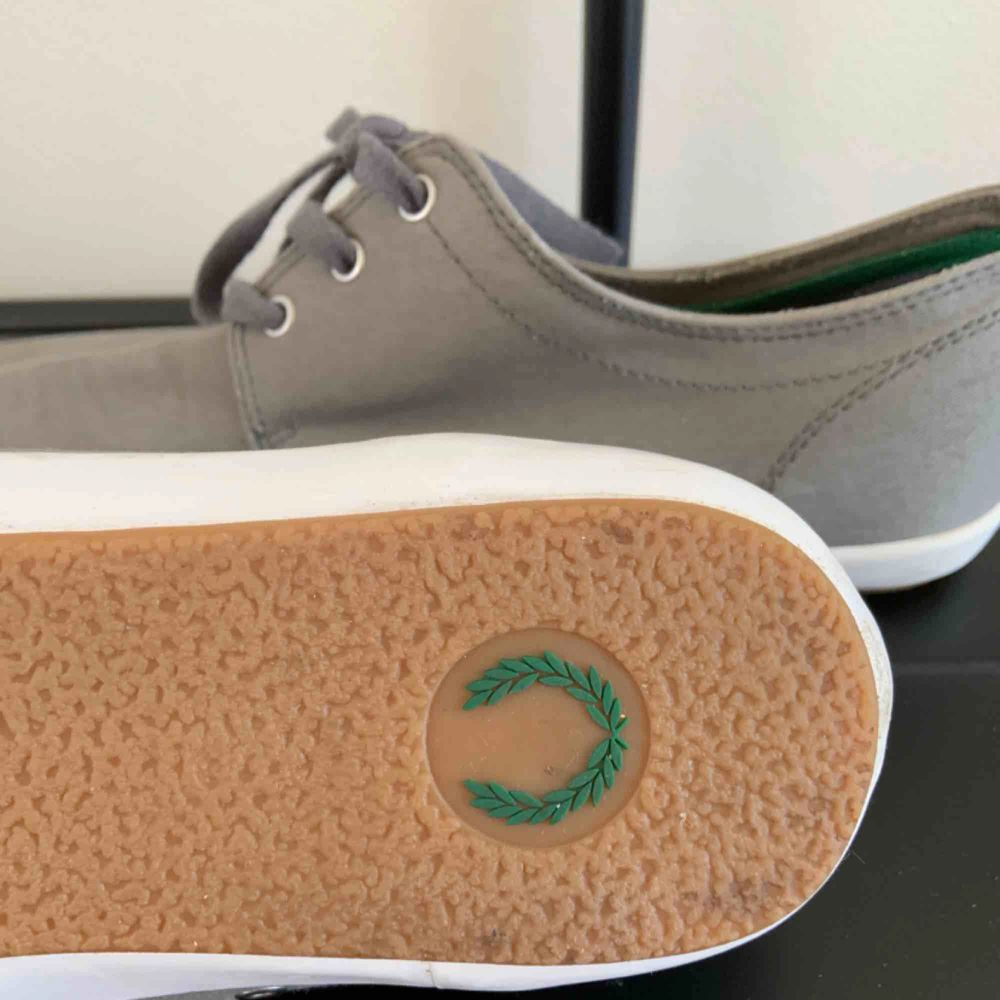 Fred Perry Twill Shoes Brand: Fred Perry Size: EUR 42, US 9, UK 8 Colour: Grey (With green logo)  Never used. Bought maybe 2 years ago.. Skor.