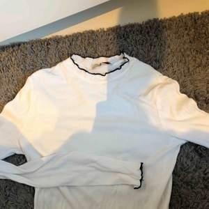Vit snygg tröja från zara med detaljer i ärm och hals