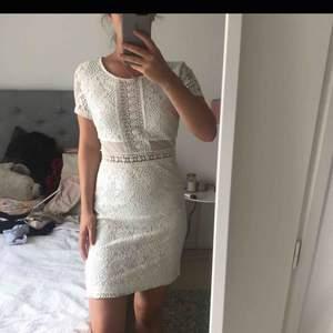 En superfin studentklänning men som tyvärr aldrig kom till användning då jag valde en annan. Det står att det är storlek L i klänningen, men den passar mig som är XS/S, men den är väldigt stretchig så passar säkert upp till L. Dyr vid inköp.