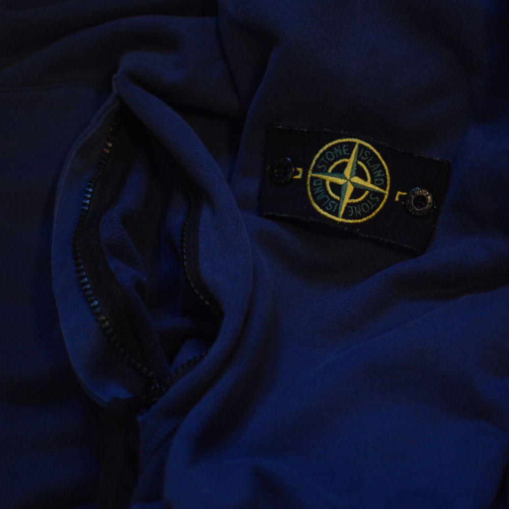Stone Island-hoodie som passar både M och L. Den här modellen har två stycken framfickor som har Dragkedja vilket jag insett är ett måste nu när jag haft det. Tröjan är i bra skick och är självklart äkta. Det finns en CLG-kod/QR-kod i tröjan som visar att den är äkta som efter förfrågan kan skickas. Tröjan är i en väldigt mjuk mörkblå och passar till nästan alla kläder! Kan mötas upp och frakta :D. Huvtröjor & Träningströjor.