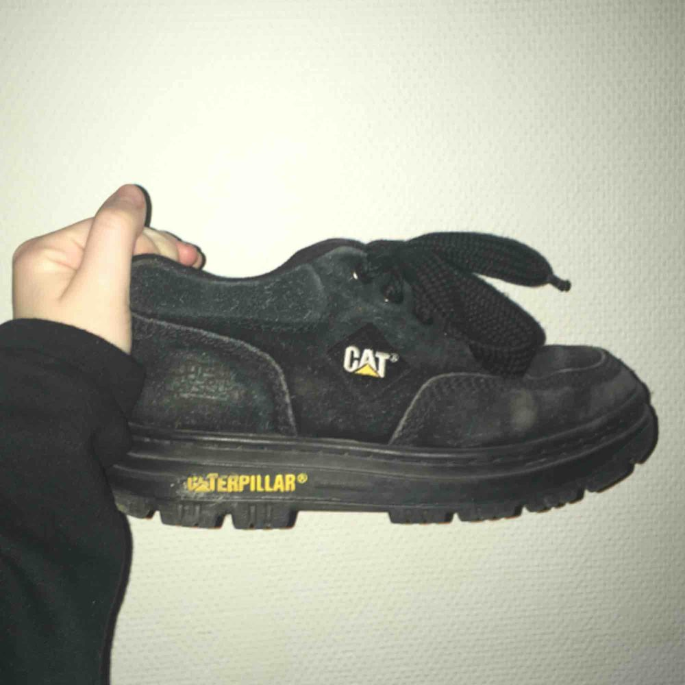 Sköna retro chunky sneakers från CAT. Mocka. Kan skicka fler bilder på begäran! Fraktas ej. Hämtas i Sthlm 😊 150kr eller bud. . Skor.