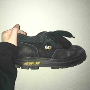 Sköna retro chunky sneakers från CAT. Mocka. Kan skicka fler bilder på begäran! Fraktas ej. Hämtas i Sthlm 😊 150kr eller bud.