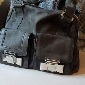 Sonia Rykiel läder väska i svart ! Använd men fin frakten så dyr pga läder väger så ej mycket göra  ! Men kan dela på frakt  Bvsa!! Kan även tänkas byta mot bra förslag