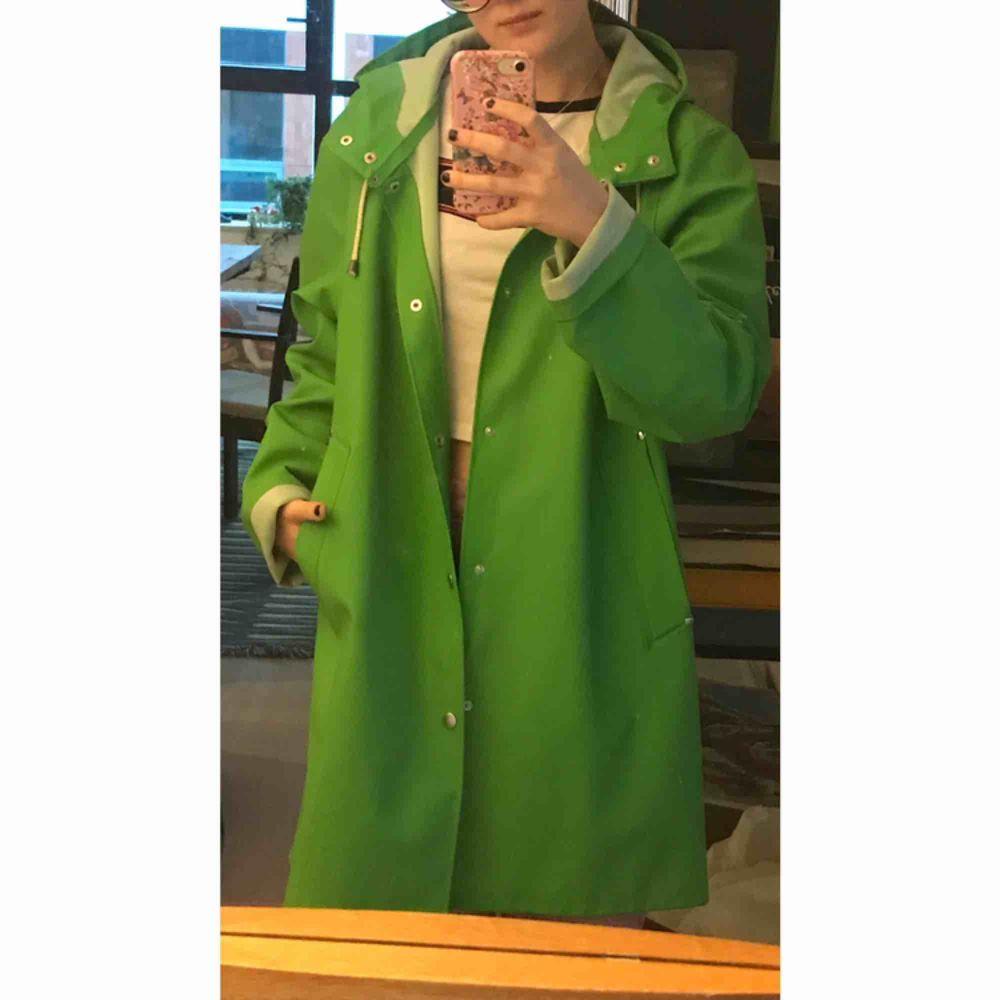 Aldrig använd grön regnkappa från Stutterheim, andra sortering men det syns inte. Storlek L men passar M också ! 💞 Köpt för 2000. . Jackor.