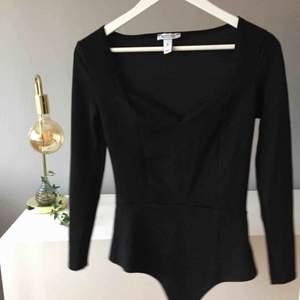 VAD: Sweatheart neck body från Nelly MATERIAL: Polyester och elastan SKICK: Oanvänd