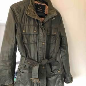 Säljer mina fina gröna Morris Lady jacka. Används allt för lite. Inget slitage. Stor i storlek. Nypris: 4000kr