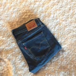 Säljer mina jättefina Levi's jeans som är inköpta i New York. Säljer då dom tyvärr är lite för små på mig. Använda väldigt lite, som nya! Superbra kvalité. Modellen heter