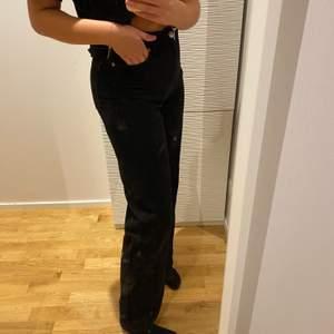 Raka svarta jeans från monki. Knappt använda så dem är fortfarande svarta och inte något urtvättade som svarta jeans kan bli. Dem är perfekta i längden på mig och jag är 175cm. Kontakta vid frågor eller fler bilder 💙 köparen står för frakten på 63kr