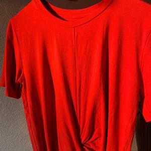 En röd t-Shirt med en Knut där framme, använd fåtal ggr.
