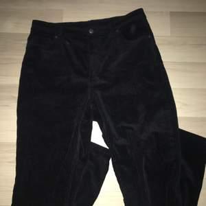 kimmy cord trousers från monki, jag är typ stl 38 och de sitter lite stort på mig. 240kr + frakt prislappen sitter kvar