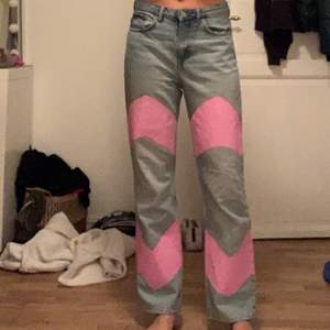 Säljer mina weekday jeans i modellen voyage. Jag har målat på dom själv.storlek : W28 L30 och jag är 170cm och har vanligtvis 36 i jeans