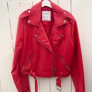 Röd fakeskinn-jacka från Pull and Bear. Använd enstaka gånger så i väldigt fint skick!🥰 Storlek small men sitter bra på mig som brukar ha xs! Säljer för 170kr inklusive frakt!🚚❤️