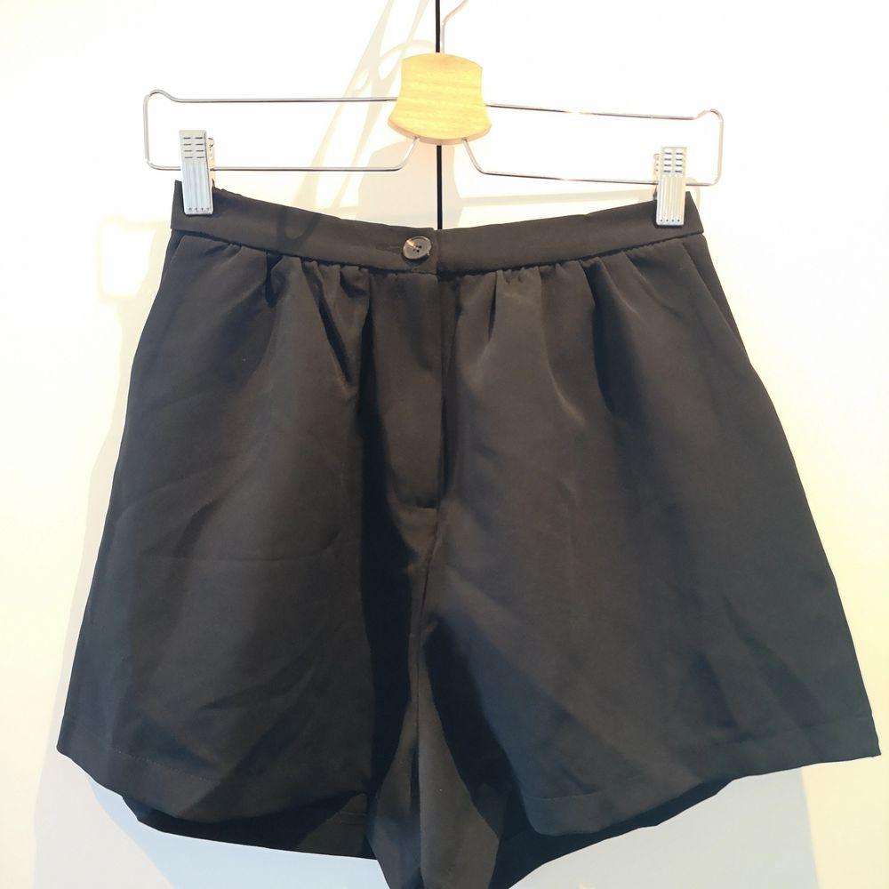 Svarta vida shorts i mjukt material. STORLEK XS-S. Använd endast 1 gång. . Shorts.