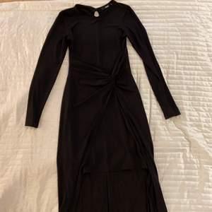 """Svart långärmad klänning i strl XS från Bikbok. Fin """"knut"""" i midjan och släp. Använd 1 gång."""