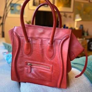 Celine Luggage                                       Använd 1 gång och är som ny. . Röd och i äkta skinn. Inköpt här. I priset ingår spårbar frakt.