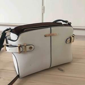 Jättefin väska från river island Väldigt bra skick  Kontakta för mer bilder