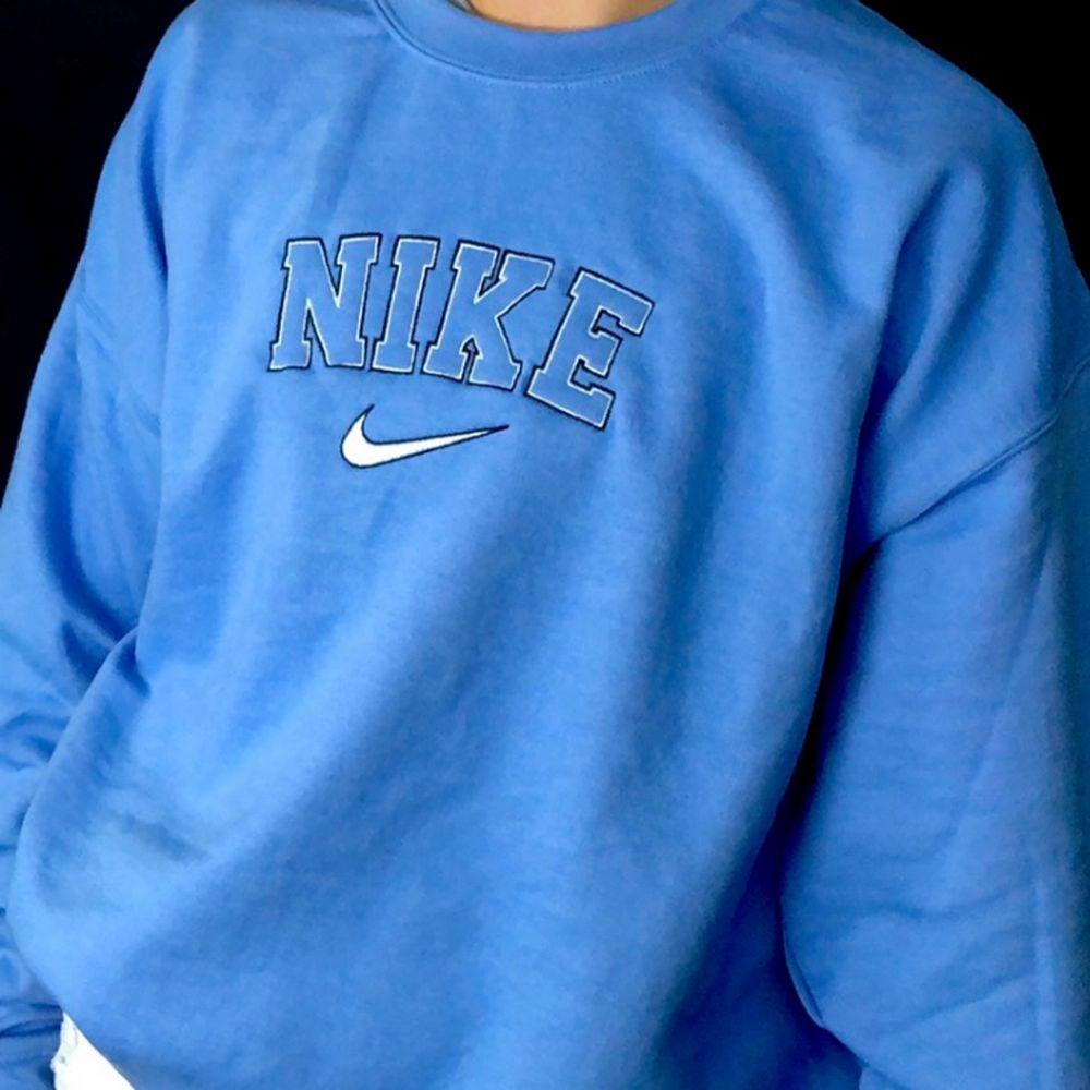 INTRESSEKOLL, SÄLJER ENDAST VID BRA BUD.   Gör en intressekoll på min blå Nike sweatshirt, köpt begagnad så kan ej garantera att den är äkta, strl XL, funkar super som oversized🤗 buda i kommentarerna om nån är intresserad, säljer som sagt endast om jag får ett bra bud💕 HÖGSTA BUD: 850kr. Tröjor & Koftor.