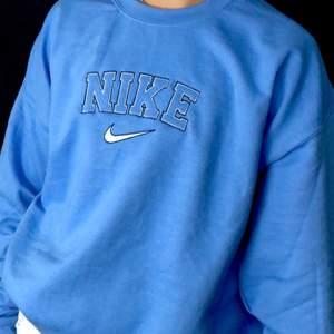 INTRESSEKOLL, SÄLJER ENDAST VID BRA BUD.   Gör en intressekoll på min blå Nike sweatshirt, köpt begagnad så kan ej garantera att den är äkta, strl XL, funkar super som oversized🤗 buda i kommentarerna om nån är intresserad, säljer som sagt endast om jag får ett bra bud💕 HÖGSTA BUD: 850kr
