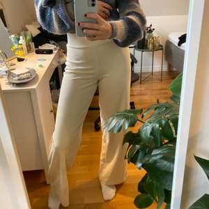 Ljusbeiga vida byxor från Gina Tricot i storlek S. Använda två gånger så fin kvalitet! Perfekta i längden på mig som är 170 med lite längre ben. Lite finare och tjockare i materialet