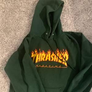Säljer min fina skogsgröna thrasher hoodie. (Unisex). Just denna färg är svår att hitta. Storlek S men sitter oversized. Använd max 2-3ggr och är i mycket fint skick💖frakt 59kr.
