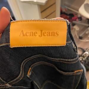 Mörkblåa raka Acne jeans. Lågmidjade/midwaist. Tajta
