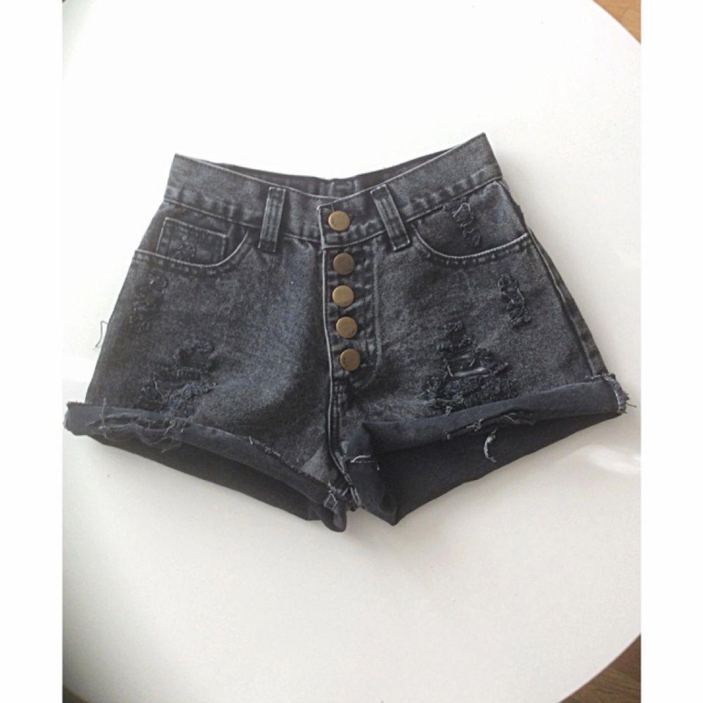 Sjukt snygga högmidjade shorts. Står storlek M men passar mer XS/S. Knappt använd! Frakt 39kr ✨. Shorts.