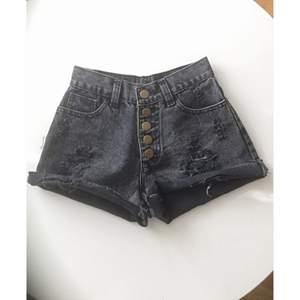 Sjukt snygga högmidjade shorts. Står storlek M men passar mer XS/S. Knappt använd! Frakt 39kr ✨