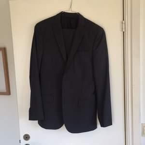 Mörkgrå J. Lindeberg kostym. Använd 2 ggr. Vet ej storlek, men passat bra till 178 cm