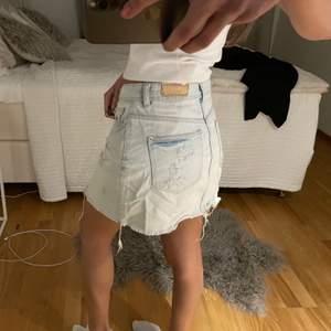 Super fin och somrig Lågmidjad kjol!!💙 Storlek S. Lite coola slitningar på sidorna, fin blå tvättad färg. Säljer för 60 kr 💗 kan både frakta och mötas upp