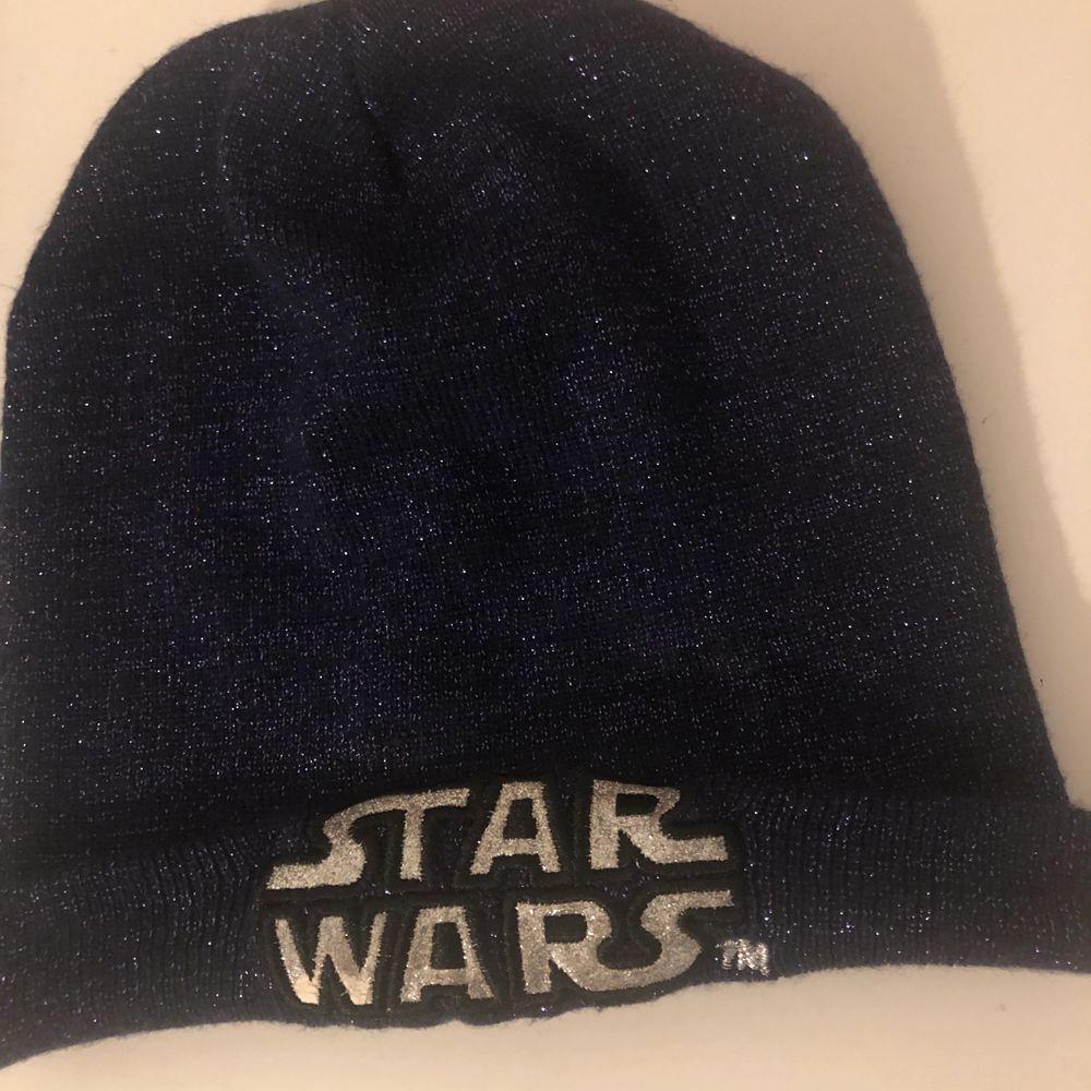 Star Wars mössa mörklila med glitter . Accessoarer.