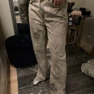 Jeans från Weekday, jättecoola, passar storlek 38 men är storlek 29 och 30.
