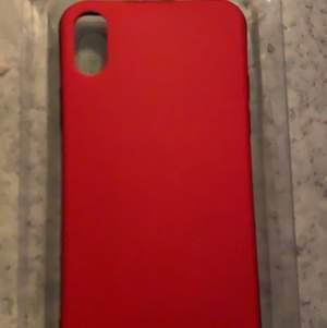 Den ändrar färg beroende på temperatur Varmt=Gult Kallt=Rött (Man kan ändra me händerna)Jag har iPhone Xr pappa köpte fel därför säljer jag den är helt ny:)Osäker på frakt påsen men vi diskuterar det om due intresserad;)