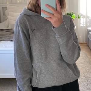 SUUUPERFIN grå hoodie från Puma 💓💓 älskar den verkligen med säljer då grå inte är min färg 💓💓 XL i barnstorlek så passar XS och troligen också S. Jag på bilden brukar ha XS på tröjor