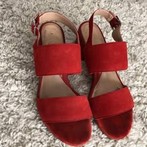 Röda sandaletter, använt dom en sommar så det är märken på insidan/sulan men inget som syns när man har dom på sig. Kan passa både stl 37 & 38. Ni står för frakt ca66kr. Ord pris på skorna är 799, mitt pris 99. Först till kvarn😍❤️