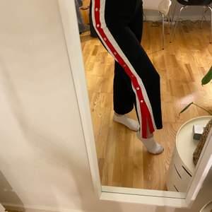 """Snygga byxor ifrån """"By Clara Paris"""" med en snygg detalj på sidan av benen. Sparsamt använda då det inte var min stil. Storlek M men skulle säga att det passar en S också! 70+frakt💜"""