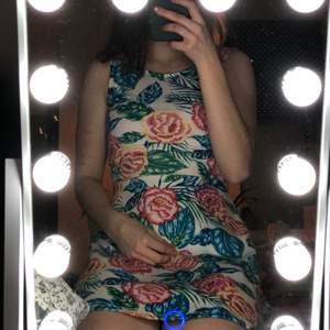 En klänning med blommönster ifrån hm. Storlek 34, fint skick trots att den använts en del🥰 säljs då den tyvärr blivit för liten för mig, så hoppas på att den passar någon annan💎