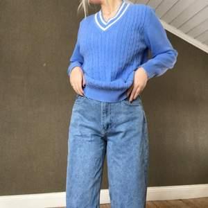 Ljusblå v-ringad tröja, köpt på secondhand:)