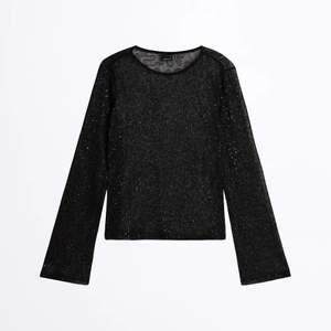 Glittrig genomskinlig tröja från Gina i storlek S. Den har lite utsvängda ärmar vilket gör den så fin. Använd endast 1 gång. 50kr+frakt