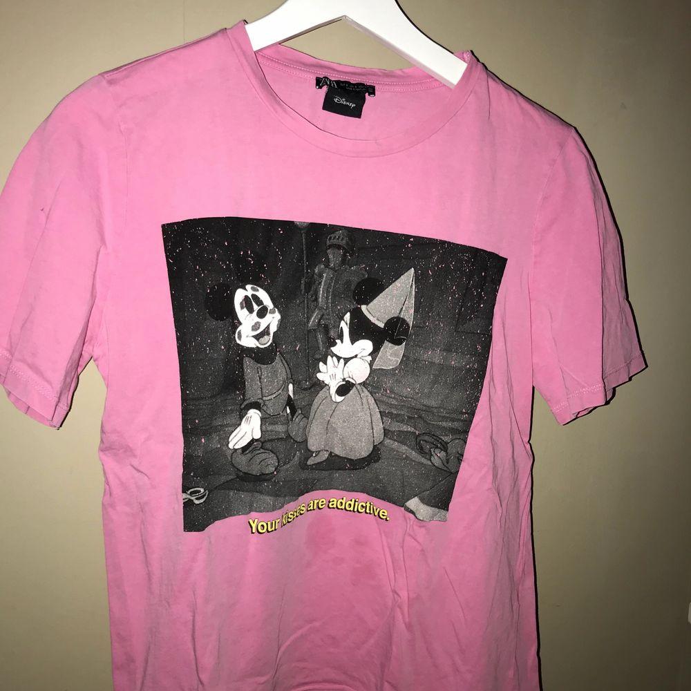 Rosa T-shirt med tryck på, i storlek S. Tröjan är från zara 💗. T-shirts.