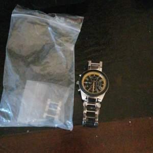 Säljer ranger klocka nypris 1300 kr och mitt pris är 200. Nytt batteri behövs och det är bara att gå och fixa storleken i en klock master eller klock butik dom kan säkert hjälpa er