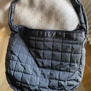 Otroligt fin quiltad down väska! Oanvänd🖤 frakt tillkommer för 30:-