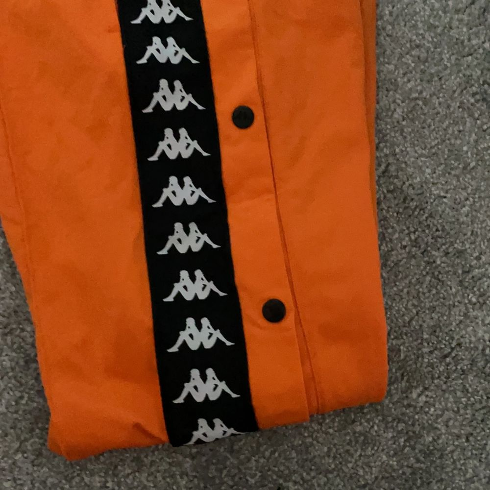 As coola byxor från Kappa i mycket bra skick. Säljer pågrund av att de inte kommer till användning längre. Jeans & Byxor.