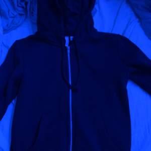 En jättefin svart ziphoodie ifrån hm som knappt är använd den går att matcha jättefint💞