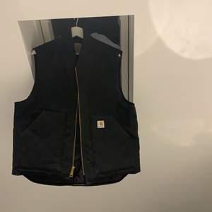 Snygg knappt använd svart carhartt väst i fint skick som jag inte får användning för, 650 kr eller bud