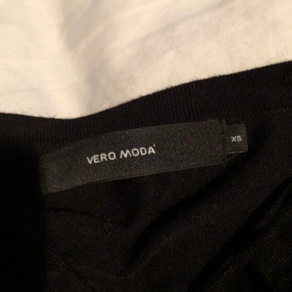 En fin kofta från Vero Moda, helt ny och aldrig använd. Stolek XS men passar även S. Säljer den för att den inte kommer till användning. Men den är verkligen så fin och super skön. Ordinarie pris 500kr. Blusar.