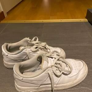 Ett par airforce som jag köpte i sommras, lite smutsiga men går bort i tvätten. Köpta för tusen kronor. Pris kan diskuteras