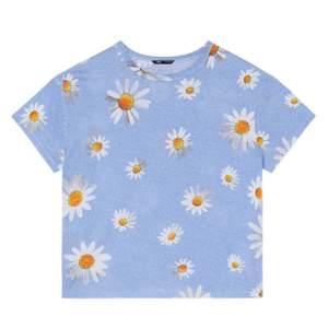T-shirt från Zara i storlek S. Köpt på rean för 35kr men aldrig använd som ni ser. Säljes för 15kr + frakt.