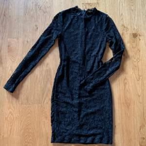 Säljer min favoritklänning! Elegant klänning i svart spets. Sitter supersnyggt. Ärmar i endast spets (se bild 3). Måste tyvärr sälja pga för liten. Köpare står för frakt🤍