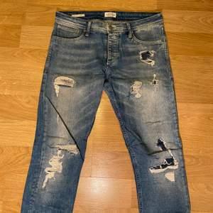 Säljer nu ett par skit snygga slitna jeans från Jack and Jones då jag slutat använda dom nypriset är 699 Skick 10/10  köparen står för frakten