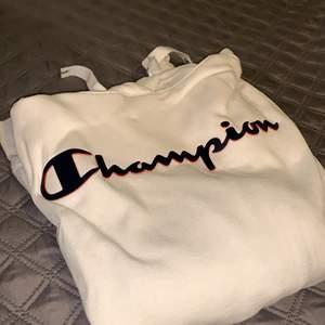 en av favoriterna champion hoodie. super skön att ha på sig o snygg samtidigt. bild på paket innan betalning